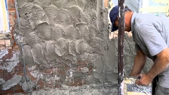 Отделка стены цементно-известковой штукатуркой для набрызга