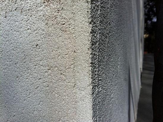 Отделка стены штукатуркой с наполнителем для увеличения теплосохранных свойств отделки