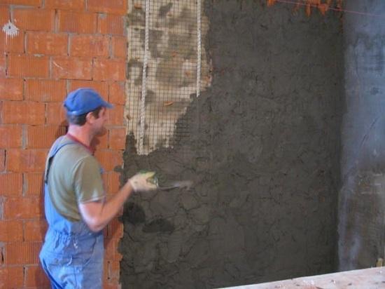 Набрызг штукатурки на стену из кирпича