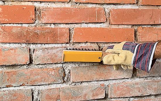 Очистка поверхности кирпичной стены перед штукатурными рабоами