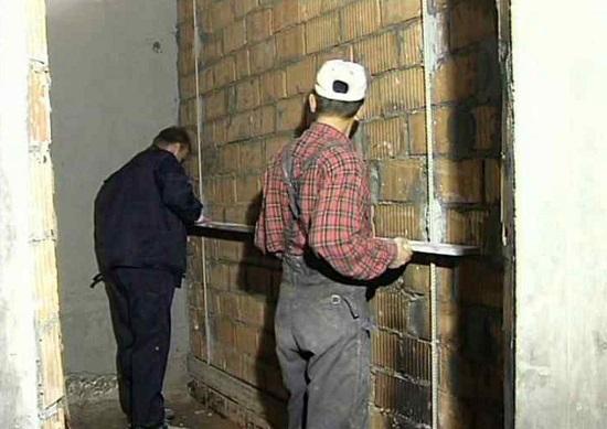 Контроль правильности установки маяков на кирпичную стену под штукатурку