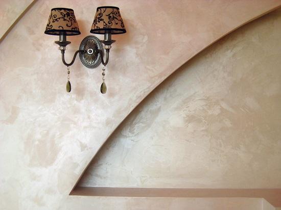Декоративная отделка стены из гипсокартона венецианской штукатуркой