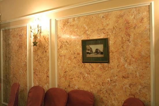 Венецианская декоративная штукатурка в интерьере классической гостиной