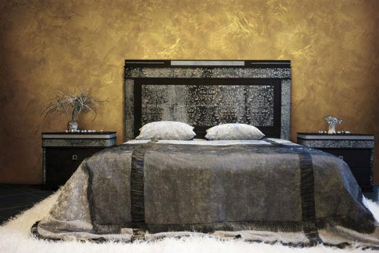 Венецианская декоративная штукатурка в отделке стен классической спальни