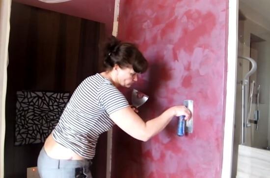 Процесс вытягивание рисунка шелковой штукатурки