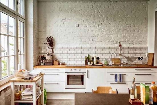 Интерьер кухни в стиле лофт с отделкой стен штукатуркой под кирпич