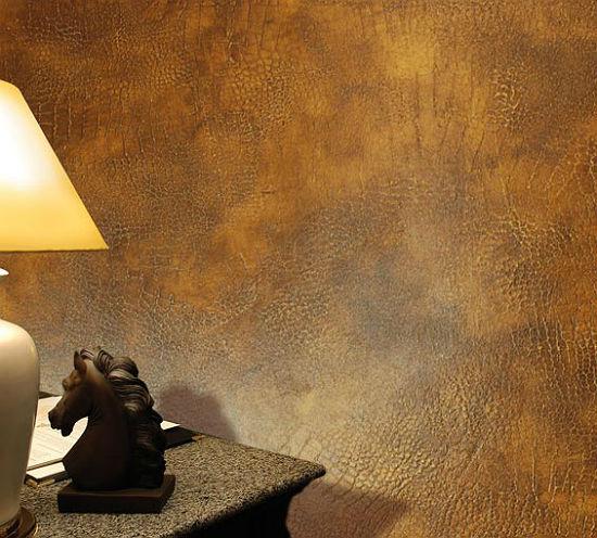 Оформление стен комнаты декоративной штукатуркой под кожу