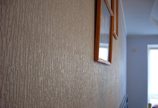 Штукатурка короед для отделки стен в интерьере комнаты