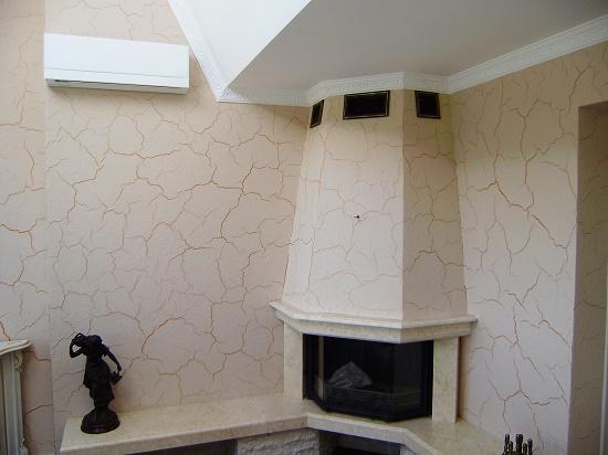 Мраморная штукатурка с эффектом кракелюр в отделке стен