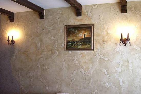 Рельефная штукатурка Марсельский воск в интерьере гостиной