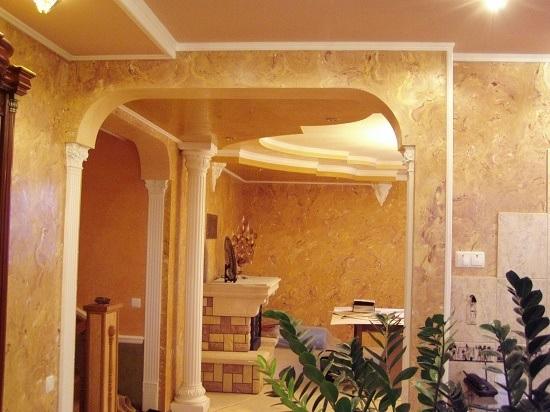 Интерьер загородного дома с отделкой стен мраморной штукатуркой