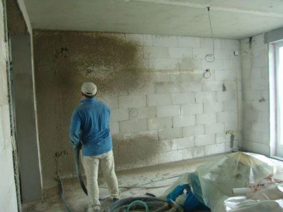 Нанесение штукатурки на бетонные стены методом набрызга