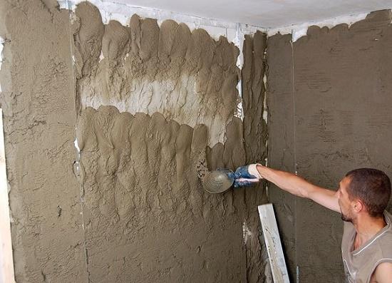 Нанесение высококачественной штукатурки на стену по маякам