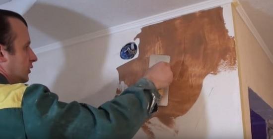 Нанесение основного слоя мраморной штукатурки на подготовленную стену
