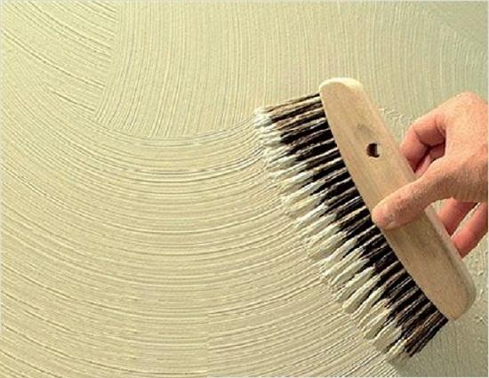 Структурная штукатурка на стене с созданием рельефа начес