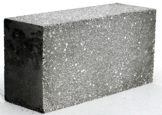 Блок из бетона с пенополистиролом для упрощения нанесения штукатурки