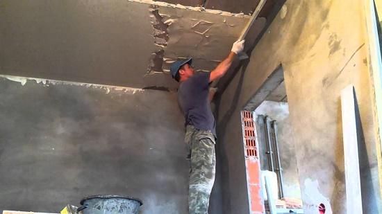 Нанесение выравнивающего штукатурного раствора на потолок по маякам