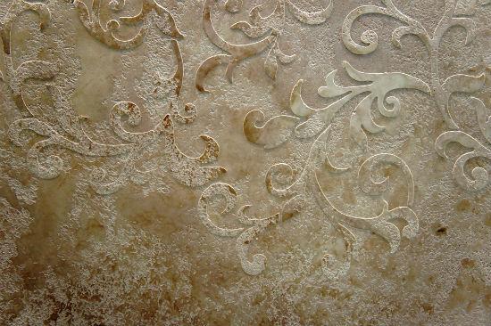 Декоративная штукатурка с использованием трафарета в отделке стены
