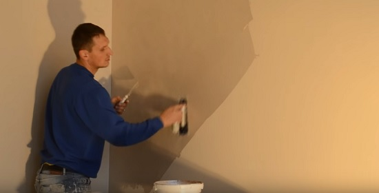 Процесс растягивание второго слоя шелковой штукатурки по стене