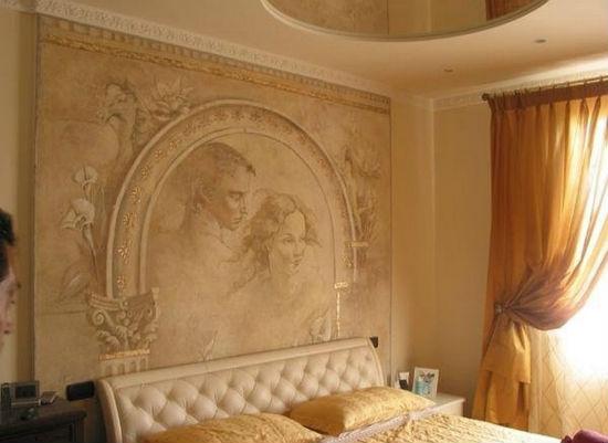 Роспись по декоративной штукатурке в оформлении стены спальни