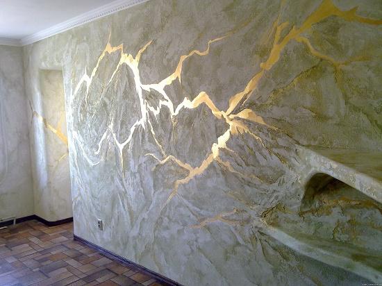 Сочетание мраморной штукатурки и золотой краски в отделке стен