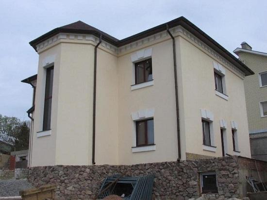 Готовая финишная отделка фасада дома штукатуркой
