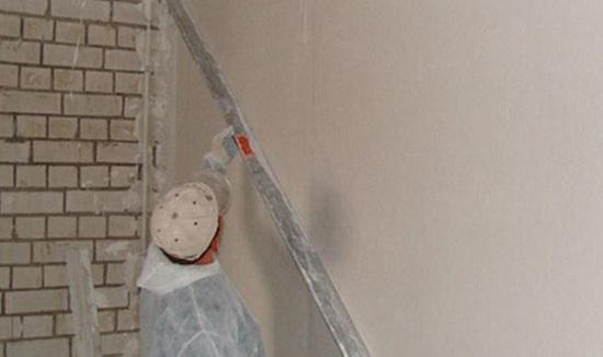 Цементно-известковая штукатурка в отделке стены из силикатного кирпича