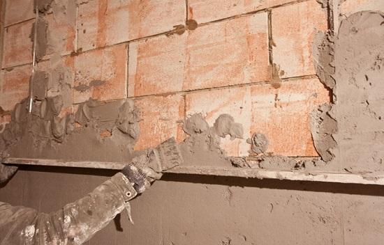 Отделка кирпичной стены цементно-песчаной штукатуркой