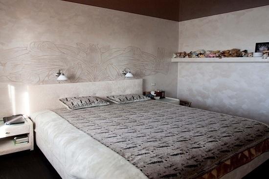 Отделка шелковой штукатуркой стен спальни