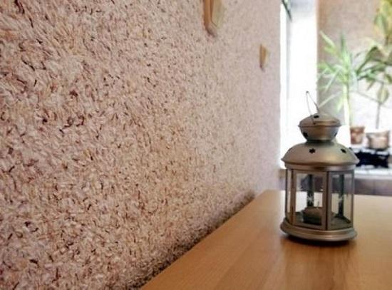 Интерьер комнаты с отделкой стен декоративной штукатурной смесью с добавлением шелка