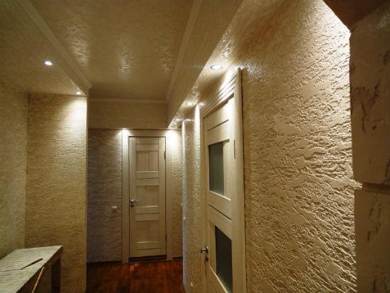 Отделка стен и потолка бежевой декоративной штукатуркой в коридоре