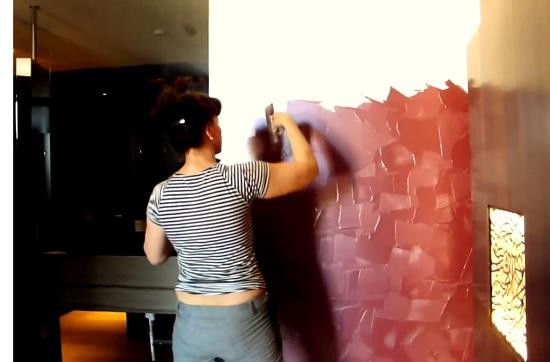 Нанесение штукатурных мазков на стену для создания эффекта бархата