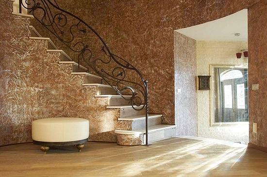 Интерьер холла загородного дома с отделкой стен декоративной штукатуркой