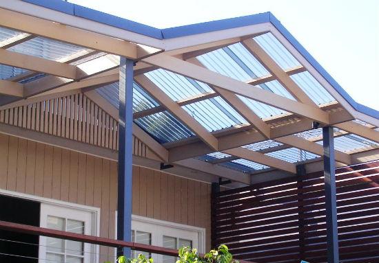 Деревянная конструкция пристенного навеса с поликарбонатной крышей