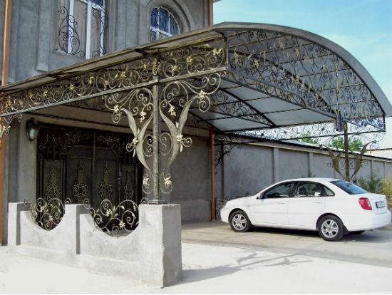 Декорирование навеса для машины коваными элементами