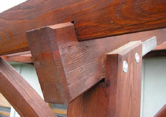 Монтаж поперечных и продольных балок к стойке навеса