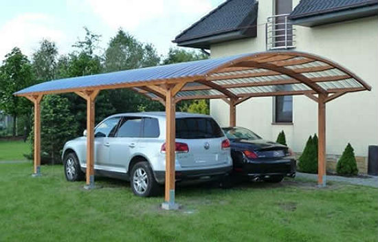 Навес из дерева и поликарбоната для стоянки машин
