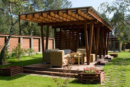 Открытый навес из дерева с крышей из поликарбоната