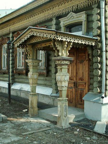 Резной деревянный навес над крыльцом дома