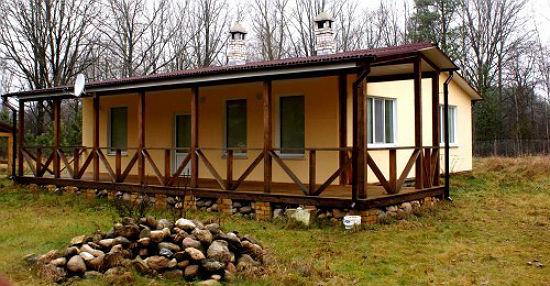 Пристройка к дому террасы под деревянным навесом