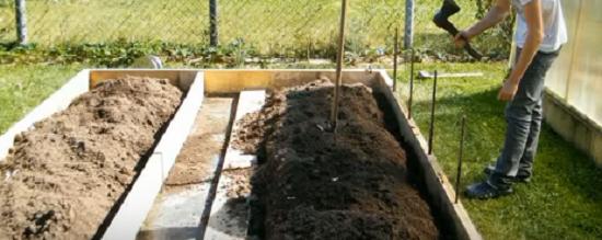 Привязка тепличного фундамента из бруса к земле при помощи арматуры