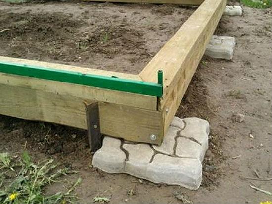 Фундамент из бруса на бетонных опорах для теплицы