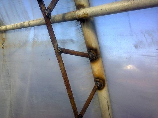 Укрепление каркаса теплицы при помощи подваренных дуг