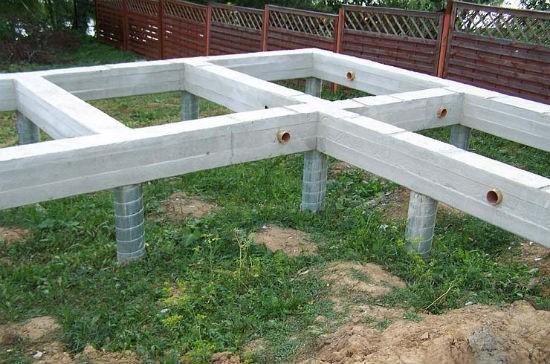 Готовый свайный фундамент для теплицы на даче